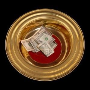 15440283-iglesia-plato-de-la-ofrenda-con-alguna-moneda-en-que